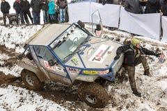 Almaty, Kasachstan - 21. Februar 2013. Laufen nicht für den Straßenverkehr auf Jeeps, Autowettbewerb, ATV. Traditionelles Rennen Lizenzfreies Stockbild
