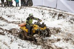 Almaty, Kasachstan - 21. Februar 2013. Laufen nicht für den Straßenverkehr auf Jeeps, Autowettbewerb, ATV. Traditionelles Rennen Lizenzfreies Stockfoto