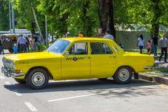 ALMATY, KASACHSTAN - 9. MAI: Altes sowjetisches Auto an Victory Day-celebr Lizenzfreie Stockfotos
