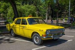 ALMATY, KASACHSTAN - 9. MAI: Altes sowjetisches Auto an Victory Day-celebr Lizenzfreies Stockbild