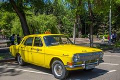 ALMATY, KASACHSTAN - 9. MAI: Altes sowjetisches Auto an Victory Day-celebr Stockbild