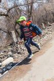 ALMATY KASAKHSTAN - APRIL 09, 2017: Amatörmässiga konkurrenser - berghalva-maraton, i utlöparen av Almaty, på Arkivfoton