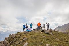 ALMATY KASAKHSTAN - 20 AUGUSTI: Skyrunner körningar i bergen Arkivbild