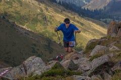 ALMATY KASAKHSTAN - 20 AUGUSTI: Skyrunner körningar i bergen Arkivfoto