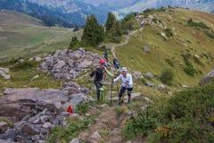 ALMATY KASAKHSTAN - 20 AUGUSTI: Skyrunner körningar i bergen Royaltyfri Bild