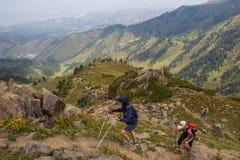 ALMATY KASAKHSTAN - 20 AUGUSTI: Skyrunner körningar i bergen Arkivbilder