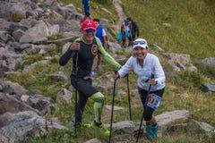 ALMATY KASAKHSTAN - 20 AUGUSTI: Skyrunner körningar i bergen Arkivfoton