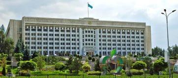 Almaty Kasakhstan - byggnaden av stadsadministrationen på Royaltyfri Foto