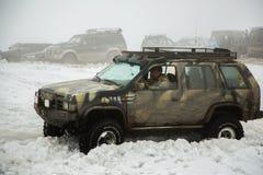 Almaty Kasakhstan - Februari 21, 2013. Av-väg som springer på jeepar, bilkonkurrens, ATV. Traditionellt lopp Royaltyfria Bilder
