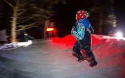 ALMATY KASAKHSTAN - 18 FEBRUARI 2017: Nattkonkurrenser i utlöparen av staden av Almaty, i Trailrunningen Arkivfoto