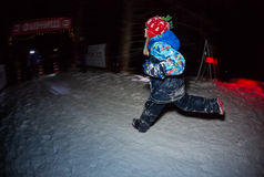 ALMATY KASAKHSTAN - 18 FEBRUARI 2017: Nattkonkurrenser i utlöparen av staden av Almaty, i Trailrunningen Arkivbilder