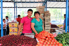 ALMATY KASAKHSTAN - MAJ 30, 2014 - grön basar Försäljare av frukt och grönsaker Royaltyfri Foto