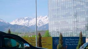 Almaty Kasakhstan - Maj 2018: sikt från den Almaty staden till bergen materiel Härlig stad med den härliga naturen lager videofilmer