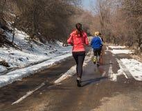 ALMATY KAZACHSTAN, KWIECIEŃ, - 09, 2017: Amatorskie rywalizacje - Halny maraton w pogórzach Almaty, na Obrazy Royalty Free