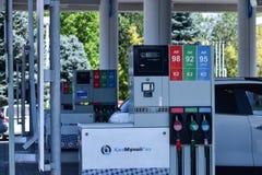 ALMATY KAZACHSTAN, Sierpień, - 27, 2018: Stacja benzynowa na miasto ulicie obrazy royalty free