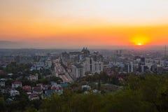 Almaty, Kazajistán - 26 de agosto de 2017: Vista general de la avenida Al-Farabi tarde imagenes de archivo