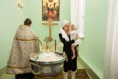 ALMATY, KAZAJISTÁN - 17 DE DICIEMBRE: Ceremonia del bautizo el 17 de diciembre de 2013 en Almaty, Kazajistán. Fotografía de archivo libre de regalías
