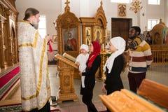 ALMATY, KAZAJISTÁN - 17 DE DICIEMBRE: Ceremonia del bautizo el 17 de diciembre de 2013 en Almaty, Kazajistán. Imagen de archivo