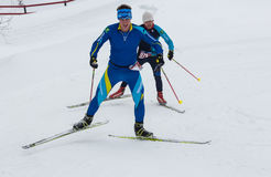 ALMATY, KAZAJISTÁN - 18 DE FEBRERO DE 2017: competencias aficionadas en la disciplina del esquí de fondo, bajo el nombre Imagen de archivo libre de regalías