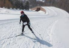 ALMATY, KAZAJISTÁN - 18 DE FEBRERO DE 2017: competencias aficionadas en la disciplina del esquí de fondo, bajo el nombre Fotos de archivo