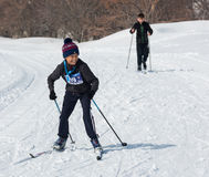 ALMATY, KAZAJISTÁN - 18 DE FEBRERO DE 2017: competencias aficionadas en la disciplina del esquí de fondo, bajo el nombre Fotografía de archivo libre de regalías