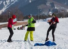 ALMATY, KAZAJISTÁN - 18 DE FEBRERO DE 2017: competencias aficionadas en la disciplina del esquí de fondo, bajo el nombre Fotos de archivo libres de regalías