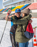 ALMATY, KAZAJISTÁN - 18 DE FEBRERO DE 2017: competencias aficionadas en la disciplina del esquí de fondo, bajo el nombre Foto de archivo libre de regalías