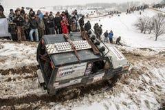 Almaty, Kazajistán - 21 de febrero de 2013. El competir con campo a través en los jeeps, competencia del coche, ATV. Fotos de archivo libres de regalías