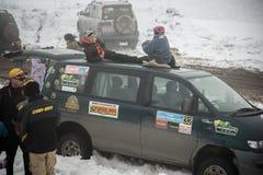 Almaty, Kazajistán - 21 de febrero de 2013. El competir con campo a través en los jeeps, competencia del coche, ATV. Raza tradicio Fotografía de archivo