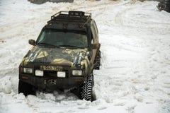Almaty, Kazajistán - 21 de febrero de 2013. El competir con campo a través en los jeeps, competencia del coche, ATV. Raza tradicio Fotos de archivo libres de regalías