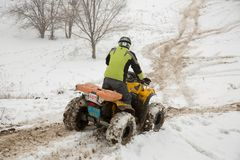 Almaty, Kazajistán - 21 de febrero de 2013. El competir con campo a través en los jeeps, competencia del coche, ATV. Raza tradicio Imagenes de archivo