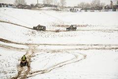 Almaty, Kazajistán - 21 de febrero de 2013. El competir con campo a través en los jeeps, competencia del coche, ATV. Raza tradicio Foto de archivo libre de regalías