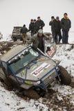 Almaty, Kazajistán - 21 de febrero de 2013. El competir con campo a través en los jeeps, competencia del coche, ATV. Raza tradicio Imagen de archivo