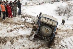 Almaty, Kazajistán - 21 de febrero de 2013. El competir con campo a través en los jeeps, competencia del coche, ATV. Raza tradicio Foto de archivo