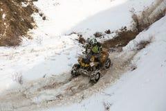 Almaty, Kazajistán - 21 de febrero de 2013. El competir con campo a través en los jeeps, competencia del coche, ATV. Raza tradicio Imagen de archivo libre de regalías