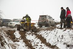 Almaty, Kazajistán - 21 de febrero de 2013. El competir con campo a través en los jeeps, competencia del coche, ATV. Raza tradicio Imagen de archivo