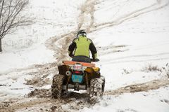 Almaty, Kazajistán - 21 de febrero de 2013. El competir con campo a través en los jeeps, competencia del coche, ATV. Raza tradicio Imágenes de archivo libres de regalías
