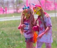 ALMATY, KAZAJISTÁN - 10 DE JUNIO DE 2018: Los niños no identificados asperjados con la pintura brillante están sonriendo en el pa fotografía de archivo libre de regalías