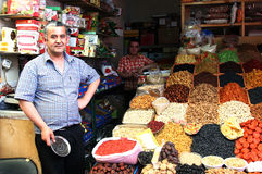 ALMATY, KAZAJISTÁN - 30 de mayo de 2014 - bazar verde Vendedor de frutas y de nueces secadas foto de archivo libre de regalías