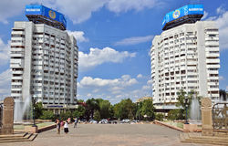 Almaty, Kazajistán - construcciones de viviendas de la ciudad cerca de Sq central Fotografía de archivo libre de regalías