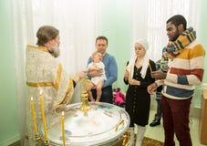 ALMATY, KAZAJISTÁN - 17 DE DICIEMBRE: Ceremonia del bautizo el 17 de diciembre de 2013 en Almaty, Kazajistán. Fotos de archivo libres de regalías