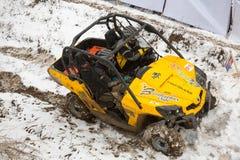 Almaty, Kazajistán - 21 de febrero de 2013. El competir con campo a través en los jeeps, competencia del coche, ATV. Raza tradicio Fotografía de archivo libre de regalías