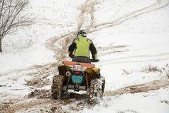 Almaty, Kazajistán - 21 de febrero de 2013. El competir con campo a través en los jeeps, competencia del coche, ATV. Raza tradicio Imágenes de archivo libres de regalías