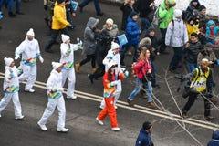 ALMATY/KAZAKHSTAN - 1 de enero de 2017: La retransmisión de antorcha olímpica imagenes de archivo