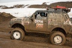 Almaty, Kazakhstan - 21 de fevereiro de 2013. Fora-estrada que compete em jipes, competição do carro, ATV. Raça tradicional Fotografia de Stock Royalty Free