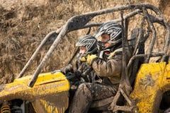 Almaty, Kazakhstan - 21 de fevereiro de 2013. Fora-estrada que compete em jipes, competição do carro, ATV. Raça tradicional Imagem de Stock