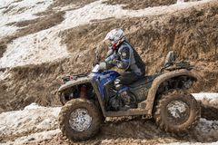 Almaty, Kazakhstan - 21 de fevereiro de 2013. Fora-estrada que compete em jipes, competição do carro, ATV. Raça tradicional Fotografia de Stock