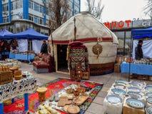 Almaty - Kazakhyurt på gatan royaltyfria bilder