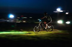 Competição do Mountain bike da raça de Nigth Fotografia de Stock