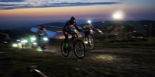 Competencia de la bici de montaña de la raza de Nigth Imágenes de archivo libres de regalías